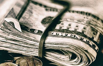 Płynność finansowa (księgowa) – obrazek ozdobny, przedstawiający plik dolarów